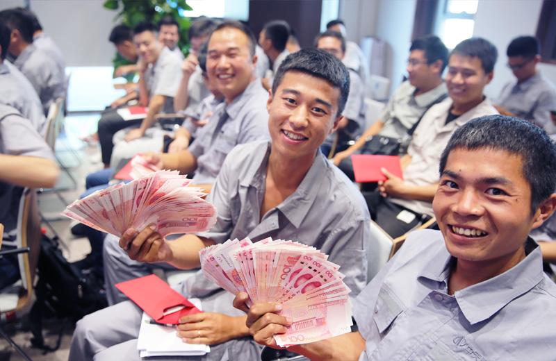 2019年8月9日,中天北京集团直补发放,员工们难掩幸福之情。